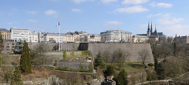 640px-Luxembourg_(city)_-_view_from_Metz_square